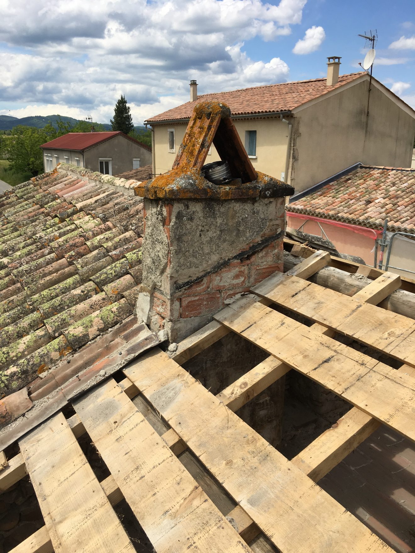 Réfection d'une toiture, réparation de la charpente, isolation, pose des tuiles